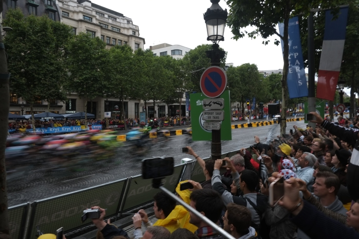 18. The Peloton Heads through Champs d'elysees